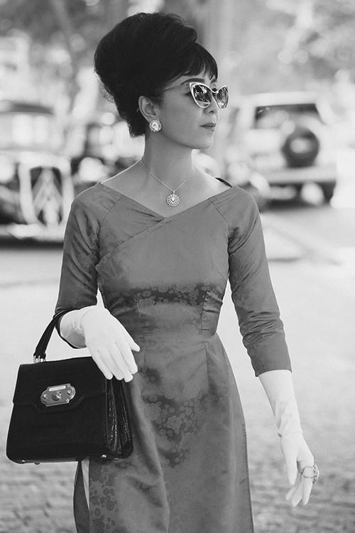 Chiều Xuân mặc áo dài cổ thuyền, khoét sâu. NữNSƯT học theo phong cách của Madam Nhu - bà Trần Lệ Xuân - khi để tóc búi đánh phồng, đeo kính mắt, găng tay trắng, trang sức và túi xách.