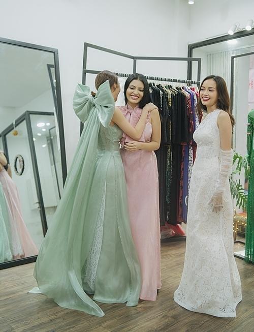 Chiều cùng ngày, cả hai tới showroom thời trang của NTK Trần Đạt để thử trang phục, chuẩn bị tham dự show diễn của anh vào tối 22/12 với tư cách khách mời. Tại đây, họ gặp Ngọc Châu (phải) - top 10 Hoa hậu Siêu quốc gia 2019.