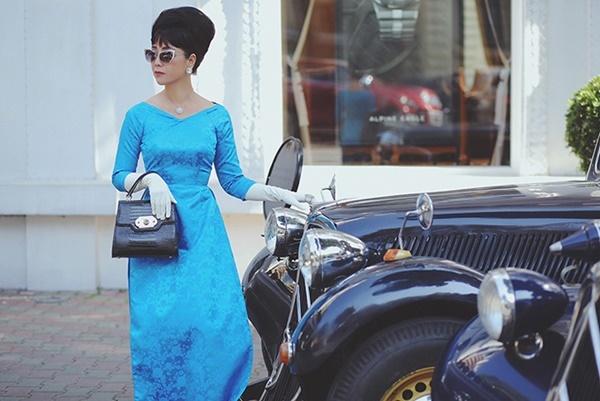 Bà Trần Lệ Xuân từng là biểu tượng thời trang những năm 60 của thế kỷ trước với phong cách ăn mặc thời thượng, thanh lịch. Trong chuyến công du năm 1963 tại Paris (Pháp), bà Lệ Xuân từng phối trang phục tương tự Chiều Xuân ở hiện tại. Kiểu phối đồ này từng là mốt ở thời kỳ trước 1975.