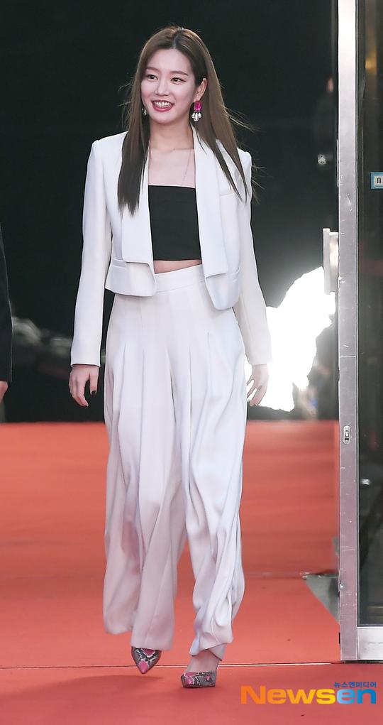 Nữ diễn viên Lee Yu Bee lựa chọn set đồ đen trắng đơn giản.