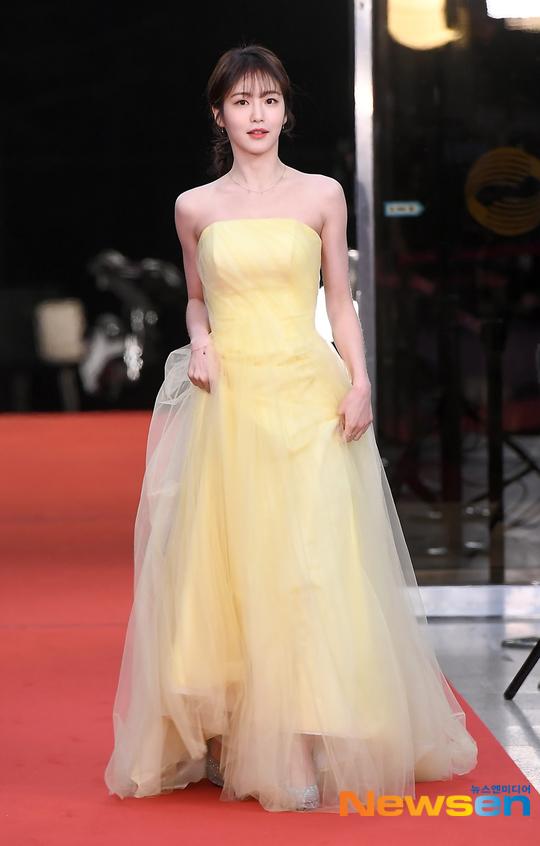 Công chúa JYP Shin Ye Eun trở thành tâm điểm của sự kiện khi xuất hiện lộng lẫy, xinh đẹp. Nữ diễn viên sinh năm 1998 diện đầm hở vai màu vàng nhạt, vừa quyến rũ nhưng cũng không kém phần thanh lịch.