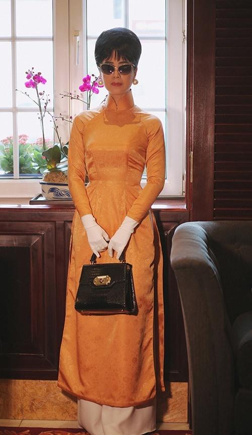 Bộ sưu tập First lady của Kenny Thái lấy cảm hứng từ áo dài của phụ nữ Sài Gòn xưa. Từng chi tiết chiết eo được NTK cắt may tinh tế.