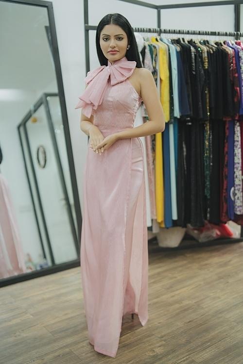 Cô thích thú khi diện bộ áo dài khoét vai, đính nơ ở phần cổ, gam màu hồng ngọt ngào do chính NTK Trần Đạt và NTK Kinzumay riêng.Tôi thích áo dài Việt Nam. Những thiết kế này mang hơi thở mới. Phom dáng cách điệu, hiện đại, tôn lên vẻ đẹp hình thể của người phụ nữ khiến tôi tự tin hơn khi diện trang phục này, Sanjna Suri nói.