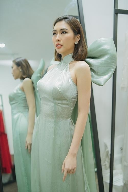 Thiết kế áo dài khoét vai, tôn xương quai xanh của Tường Linh.