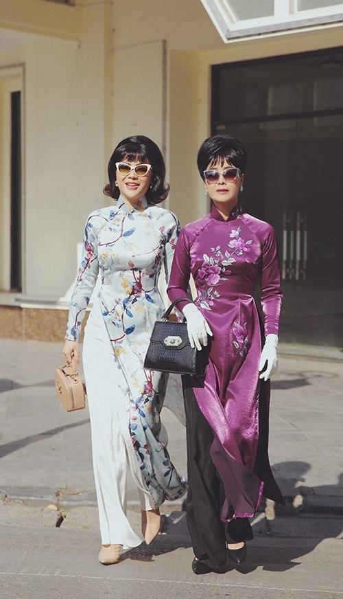 Chiều Xuân và diễn viên Quỳnh Hoa (trái) tái hiện hình ảnh Trần Lệ Xuân cùng con gái Ngô Đình Lệ Thủy dạo phố Sài Gòn.