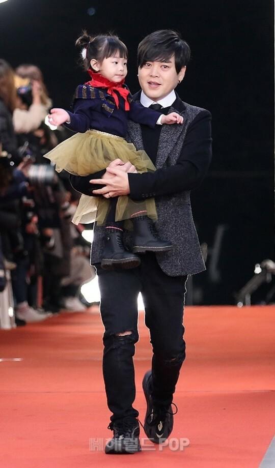 Moon Hee Jun (cựu thành viên H.O.T) đưa con gái dự lễ trao giải.