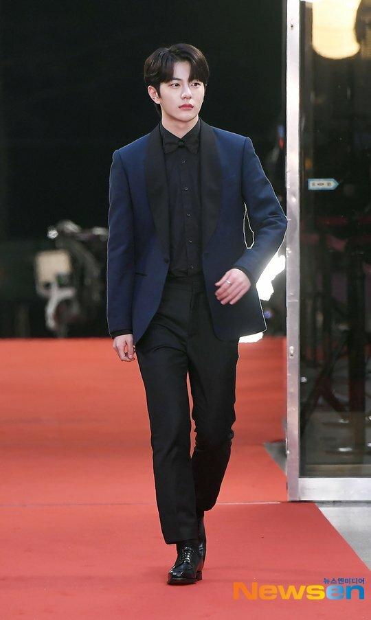 Bo Min (Golden Child) bảnh bao trong bộ suit màu xanh thẫm.