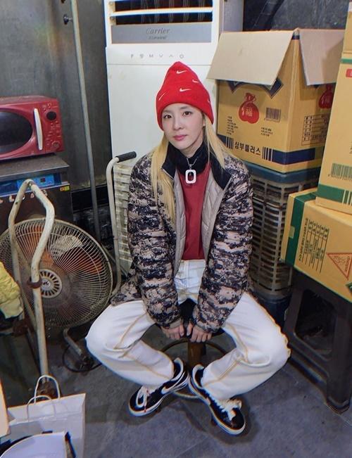Dara ngồi chụp hình giữa nhà kho. Cô nàng thích kết hợp những món đồ thể thao cá tính, thoải mái.
