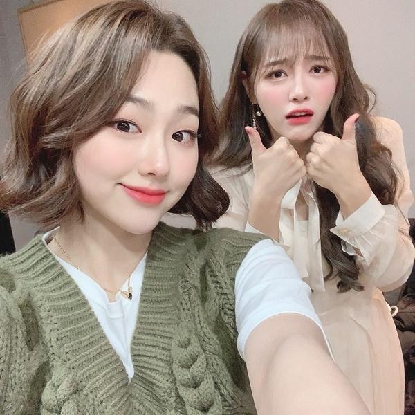 Kim Se Jeong làm mặt hài hước bên Mina (Gugudan).