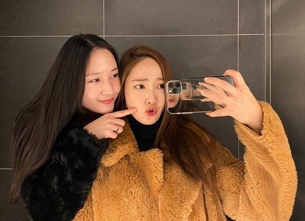 Hai chị em Jessica - Krystal thể hiện hình cảm thân thiết. Jessica làm mặt đáng thương khi bị em gái chọc ghẹo.