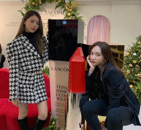 Hani và Na Young (cựu thành viên I.O.I và Pristin) chụp hình chung khi cùng đi sự kiện.