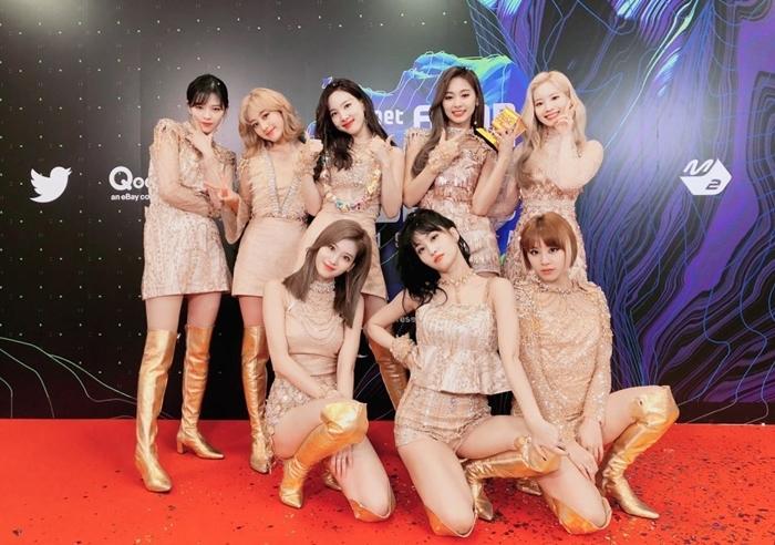 Twice đang gặp nguy hiểm vì bị fan cuồng bám đuôi.
