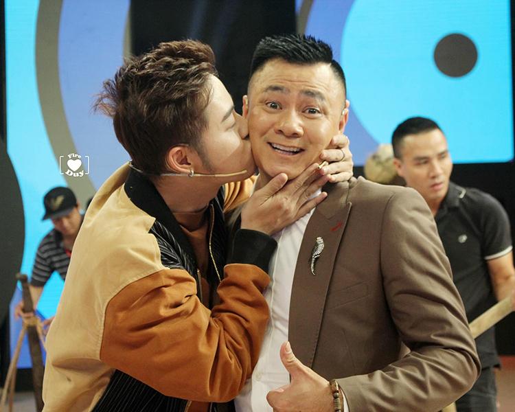 Thanh Duy hồn nhiên hôn má đàn anh Tự Long khi cùng ghi hình gameshow.