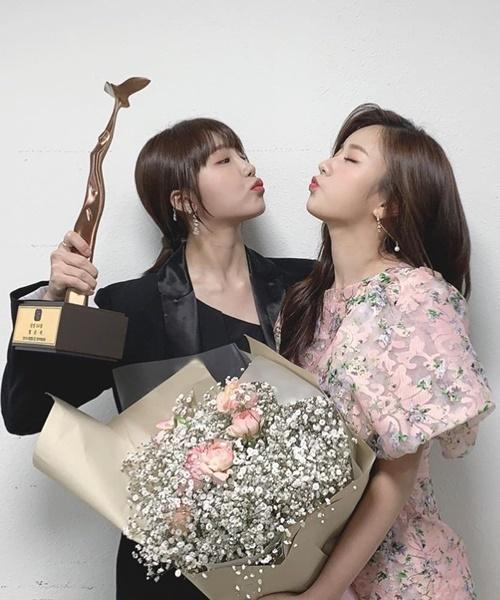 Eun Ji và Bomi (Apink) hôn gió ngọt ngào khi giành giải tại KBS Entertainment Awards.