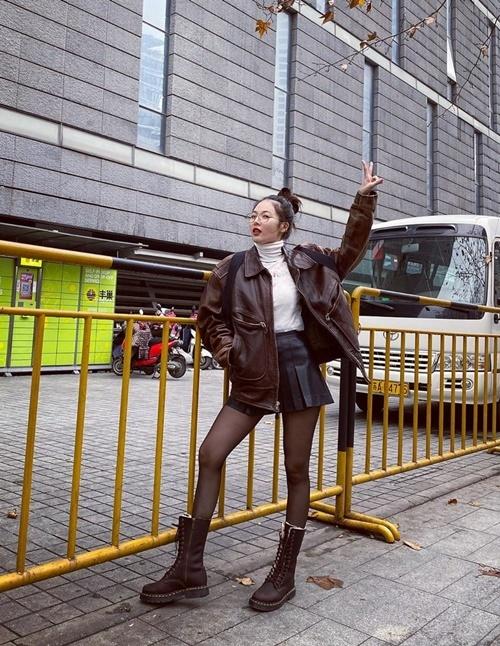 Hyuna lên đồ street style tông nâu với phong cách trẻ trung.