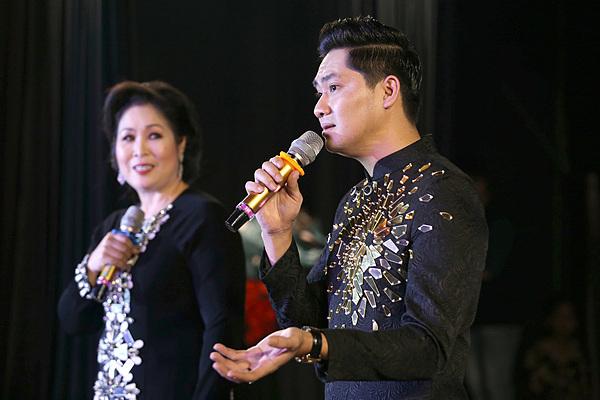 Minh Luân đầu tư và giúp NSND Hồng Vân quản lý sân khấu mới. Ảnh: Gia Tiến
