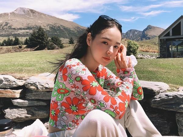 Min Hyo Rin diện áo bó sát tôn dáng, khoe làn da trắng hồng rạng rỡ trong nắng.