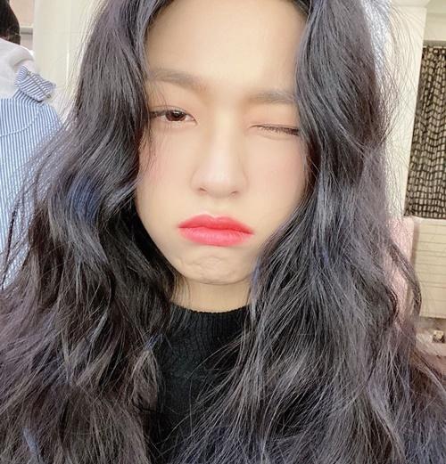 Seol Hyun dễ thương khi làm mặt phụng phịu như trẻ con, khác hẳn vẻ lạnh lùng quyến rũ trên sân khấu.