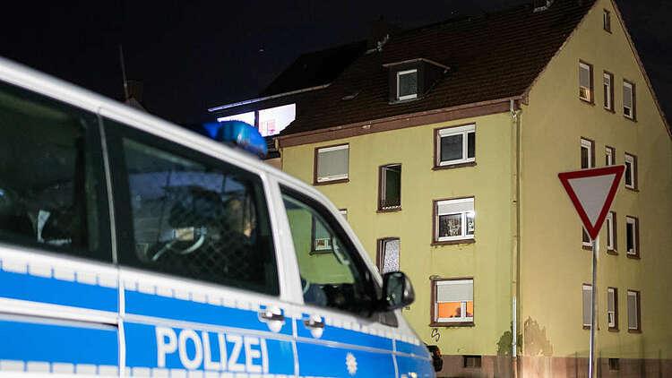 Xe cảnh sát đỗ trước căn hộ của nghi phạm ấu dâm ở Recklinghausen, bang North Rhine-Westphalia, phía tây Đức hôm 20/12. Ảnh: DPA
