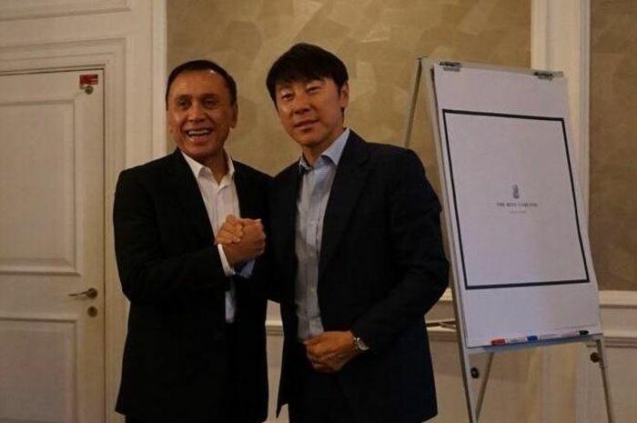 HLV Shin Tae-yong (phải) bắt tay Chủ tịch PSSI Mochamad Iriawan. Ảnh: PSSI.