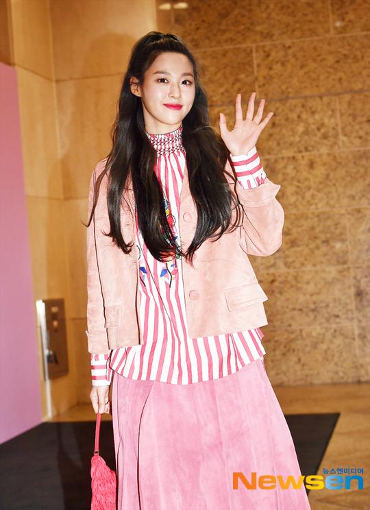 Chiều 23/12, Seol Hyun (AOA) tham dự sự kiện khai trương cửa hàng của một thương hiệu thời trang tại Seoul, Hàn Quốc. Báu vật quốc dân xuất hiện với set đồ rực rỡ, độc đáo.