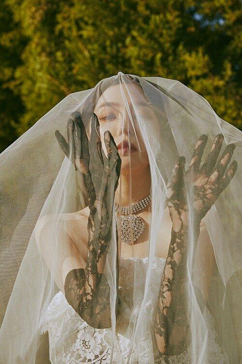 Irene hóa cô dâu ma đầy bí ẩn.