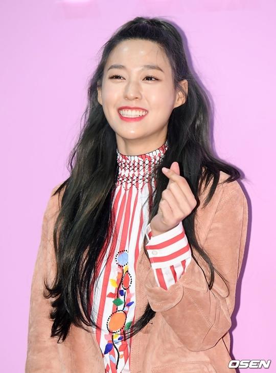 Nữ idol có làn da căng bóng khỏe khoắn, nụ cười tươi rói.