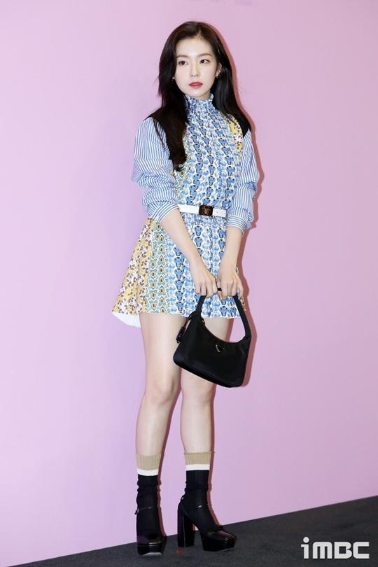 Bộ đầm họa tiết xanh da trời tôn thêm làn da trắng bóc của người đẹp sinh năm 1991. Phần chân váy ngắncũng giúp Irene ăn gian chiều cao khiêm tốn, trở nên quyến rũ hơn.