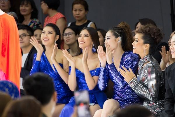 HHen Niê cùng Khánh Vân, Kim Duyên và Thúy Vân tham dự show diễn The Perennialtối 22/12 tại TP HCM của NTK Trần Đạt. Họ là những khách mời phấn khích nhất suốt show diễn bởi sải bước trên sàn diễn chính là các người đẹp bước ra từ cuộc thi Hoa hậu Hoàn vũ Việt Nam 2019.