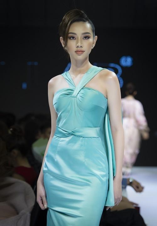 Á khôi Thùy Tiên mặc thiết kế cắt khoét sexy.