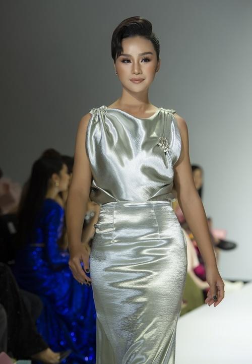 Lê Thu Trang phù hợp với style cổ điển, sang trọng.