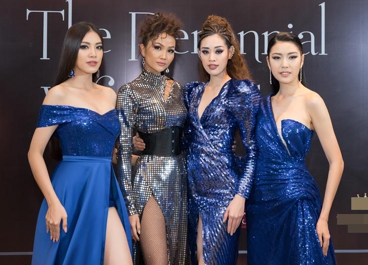 Hai tuần sau khi hết nhiệm kỳ, HHen Niê vui mừng khi hội ngộ top 3 Hoa hậu Hoàn vũ Việt Nam 2019 trên thảm đỏ. Người đẹp sinh năm 1992 có màn đọ sắc bất phân thắng bại của dàn mỹ nhân đương nhiệm.