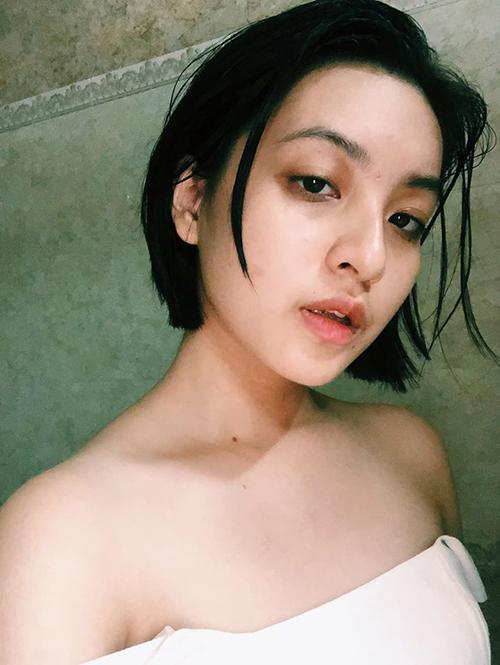 Nhiều người nhận xét nữ diễn viên sinh năm 2000 có vẻ ngoài phảng phất nétcổ điển với ưu điểm lớn nhất là hàng lông mày rậm dày tự nhiên, kiểu dáng thanh thoát.