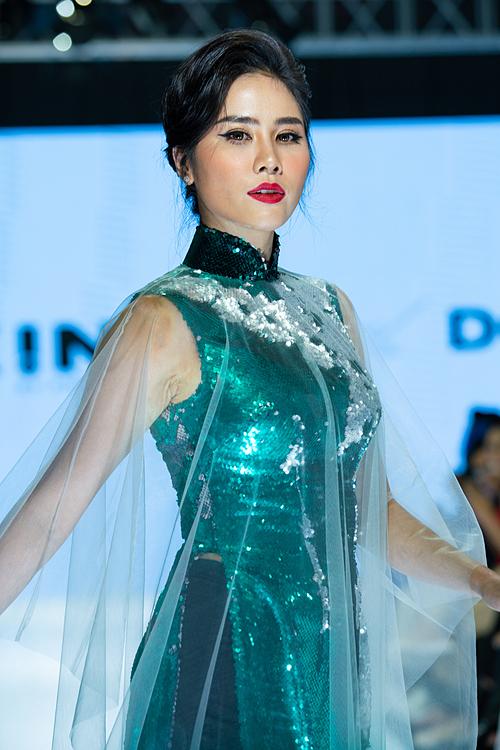 Ở bộ sưu tập áo dài, Trần Đạt sáng tạo những mẫu áo dài lệch vai, cắt cúp được đo đạc không theo khuôn mẫu. Hoàng Hạnh - người em từng được Trần Đạt hỗ trợ khi thi Miss Earth - giữ vai trò first face.