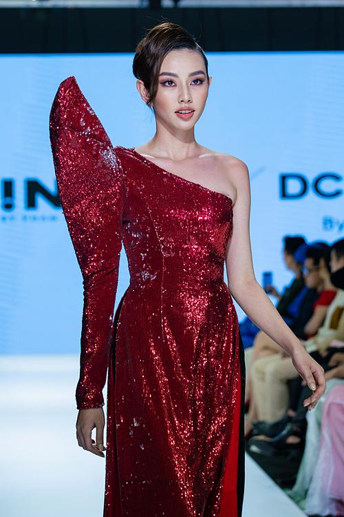 Chất liệu ren, xuyên thấu, vải bóng, vải tweed... được Trần Đạt chọn cho những thiết kế của mình.