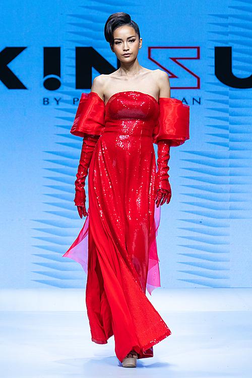 Ngọc Châu là vedette bộ sưu tập áo dài của Trần Đạt kết hợp cùng NTK Kinzu.
