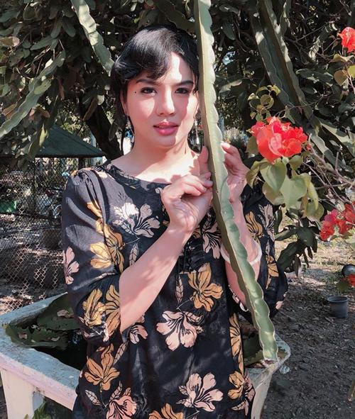 Duy Khánh gây cười với lối ăn mặc, tạo dáng quê kiểng giống năm 90.