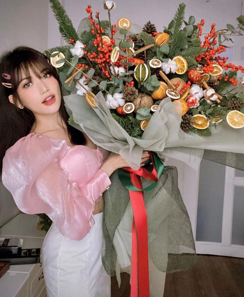 Sĩ Thanh khoe được bạn trai tặng bó hoa siêu to khổng lồ nhân dịp kỷ niệm 6 tháng yêu nhau.