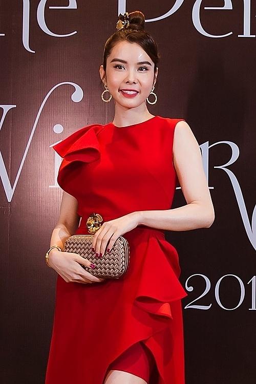 Huỳnh Vy nổi bật với đầm đỏ.