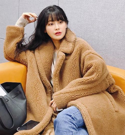 Áo bông kiểu dáng cổ điển giúp nữ diễn viên Oh Yeon Seo trông cực kỳ phong cách.