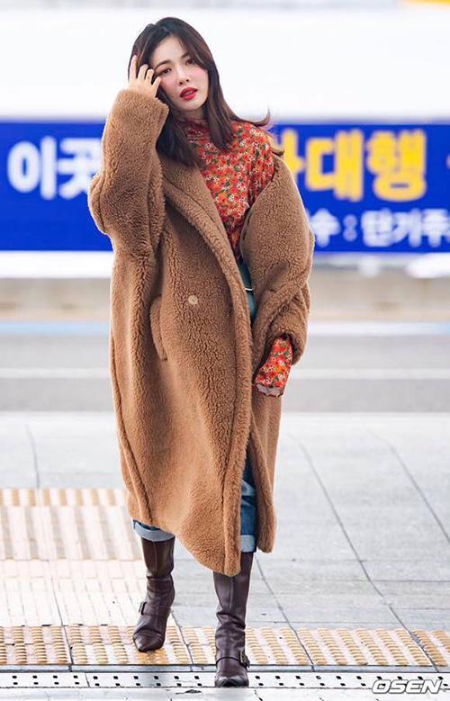 Trong lần ra sân bay mới đây, Hyuna diện chiếc áo khoác lông dài đến gối. Áo có kiểu dáng oversized che kín cơ thể, chất liệu bông mịn giúp nữ idol tránh gió rét tối đa, dù bên trong chỉ diện một chiếc áo mỏng nhẹ.