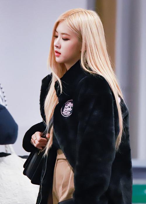 Kiểu áo khoác lông ngắn, mịn màng như Hyuna diện được rất nhiều idol Hàn yêu thích năm nay. Đặc trưng của kiểu áo này là tạo cảm giác đáng yêu như một chú gấu bông Teddy vậy. Rosé cũng nhận được nhiều lời khen ngợi về diện mạo khi mặc áo lông ra sân bay.