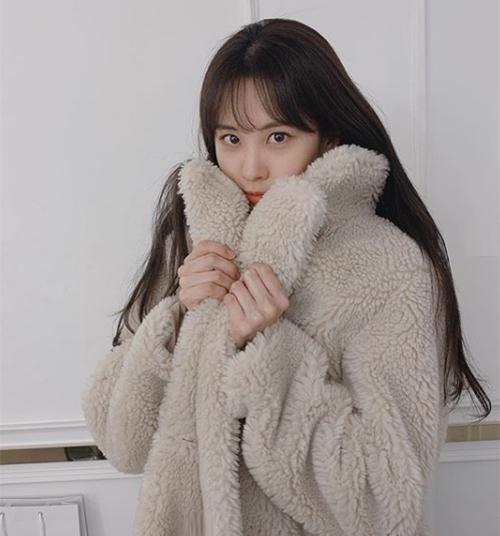 Seo Hyun hóa một cô gấu dễ thương nhờ chiếc áo khoác có khả năng tuyệt vời trong việc hack tuổi.