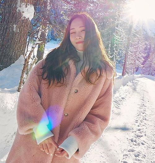 Jessica thoải mái vui chơi giữa trời tuyết với combo thần thánh cho mùa lạnh: áo len cổ lọ đi kèm áo khoác gấu bông.