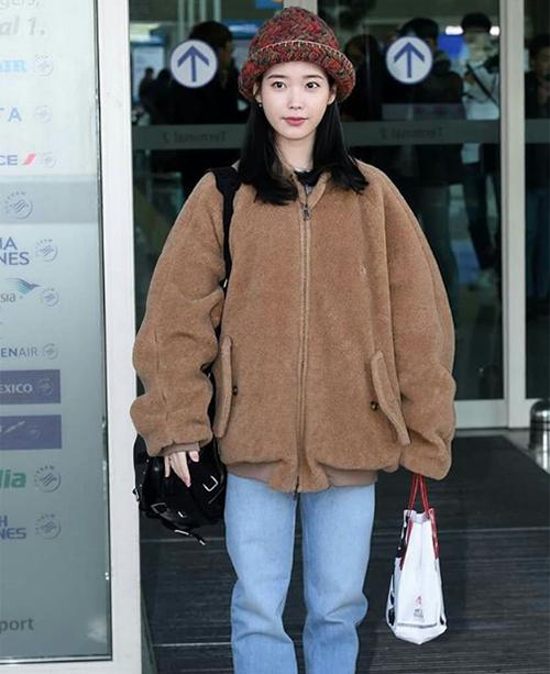 IU vốn có vóc dáng nhỏ bé nên rất hợp với kiểu áo khoác có chất liệu đặc biệt, màu sắc giống hệt gấu bông này.
