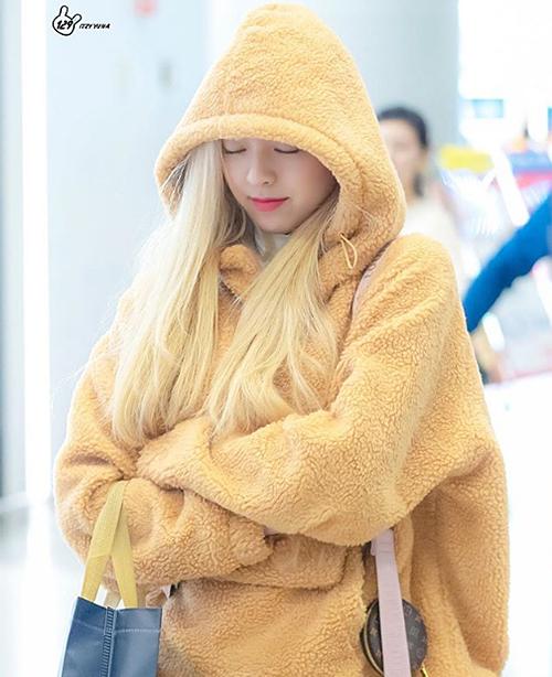 Yuna (ITZY) lăng xê rất nhiệt tình mốt áo khoác gấu bông vì giúp cô nàng giữ ấm hiệu quả và có vẻ ngoài đáng yêu ở sân bay.