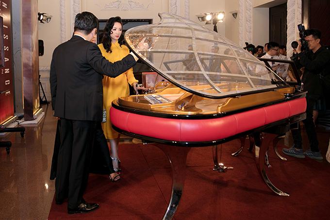 và hai người đã trở thành chủ nhân của kiệt tác dương cầm Blüthner PH trị giá 4,890,000,000 đồng