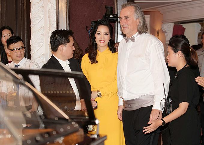 Cô sóng đôi cùng bạn trai doanh nhân tên Eric Nguyễn (trái). Đây là lần hiếm hoi Hoa hậu Đền Hùng công khai người yêu với công chúng và truyền thông.