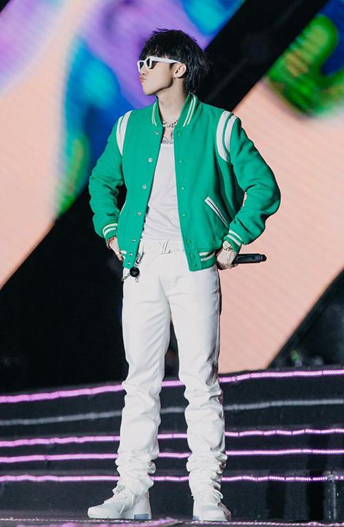 Trong một buổi diễn mới đây, Sơn Tùng diện bộ cánh bảnh bao, năng động. Nam ca sĩ kết hợp hai tông màu xanh lá cây - trắng với điểm nhấn là chiếc áo khoác bóng chày.