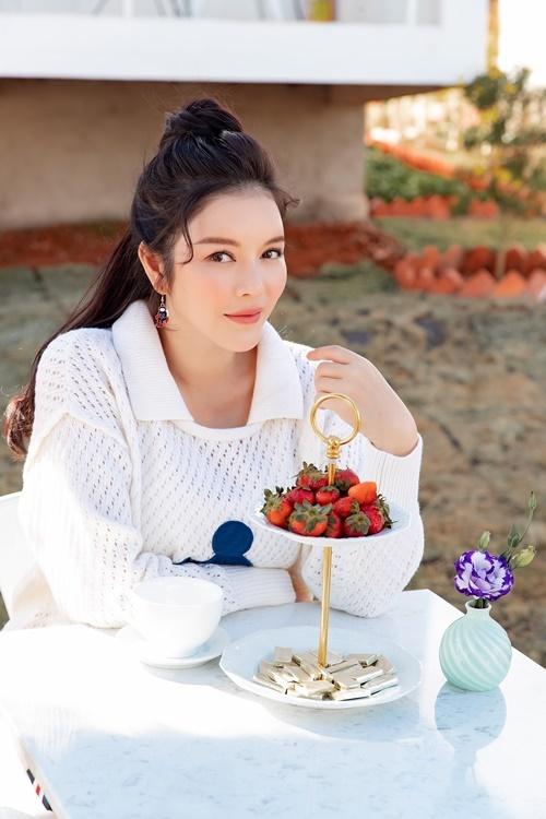 Lý Nhã Kỳ ngồi ăn bánh, thưởng trà tại khu resort.